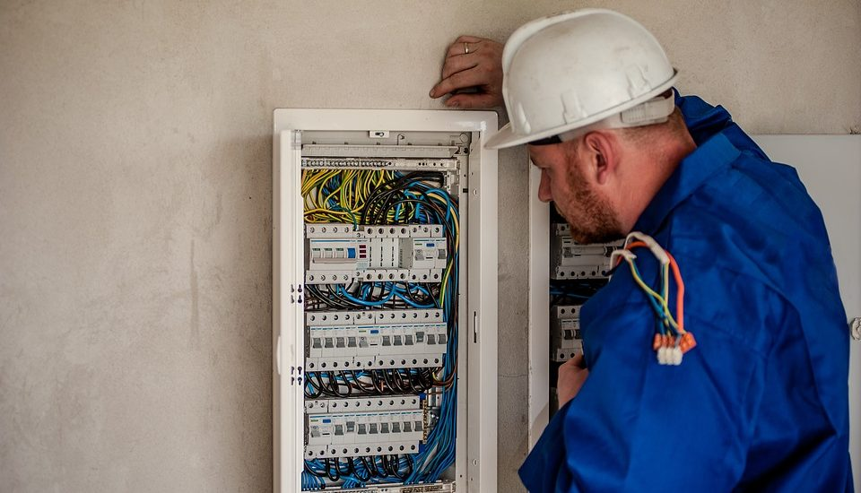 Get Office Electrical Services By Using Expert Commercial Electricians